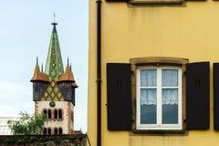 Grande finestra del PVC con gli elementi della decorazione in vecchia casa francese Fotografie Stock Libere da Diritti