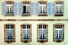 Grande finestra del PVC con gli elementi della decorazione in vecchia casa francese Immagine Stock