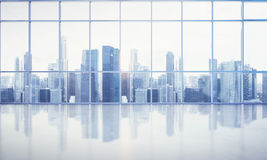 Grande finestra nell'ufficio bianco con la vista della megalopoli Fotografia Stock Libera da Diritti
