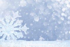 Grande fiocco di neve trasparente in neve e bello bokeh con gli asterischi e le precipitazioni nevose Fotografia Stock