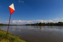 Grande fiume con il segno urbano Fotografie Stock