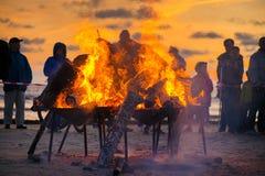 Grande fogueira ardente com a chama macia e os sparkles de incandescência que voam toda ao redor fotografia de stock