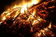 Grande fogueira na chama completa Fotos de Stock Royalty Free