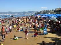 Grande folla alla spiaggia pubica di Acapulco Fotografia Stock Libera da Diritti