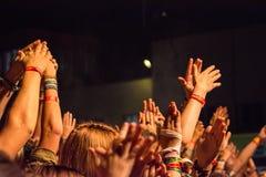 Grande folla che applaude con le mani nell'aria ad un festival rock Fotografia Stock
