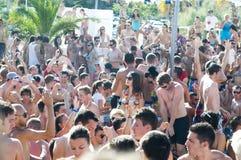 Grande folla dei nuotatori, giorno di estate caldo sulla spiaggia di Zrce, Novalja Immagine Stock Libera da Diritti