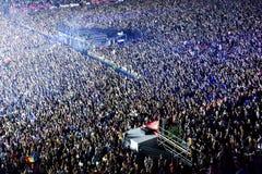 Grande folla della gente ad un concerto nella parte anteriore della fase Immagini Stock
