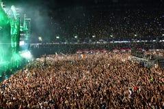 Grande folla della gente ad un concerto nella parte anteriore della fase Immagine Stock Libera da Diritti