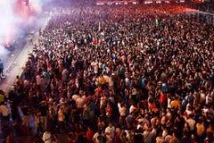 Grande folla della gente ad un concerto nella parte anteriore della fase Fotografie Stock Libere da Diritti