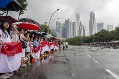 Grande folla della gente che allinea entrambi i lati della via per dare l'addio a sig. caro Lee Kuan Yew durante il funerale di s Fotografia Stock