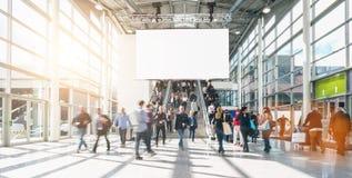 Grande folla della gente vaga anonima ad una fiera commerciale, includi fotografia stock