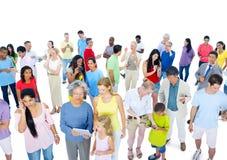 Grande folla della gente vestita con indifferenza immagini stock