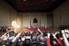 Grande folla di visualizzazione di sorveglianza della guardia di onore della gente Immagine Stock
