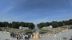 Grande fontaine célèbre Peterhof, St Petersbourg, Russie de cascade banque de vidéos