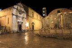 Grande fontaine d'Onofrio et de monastère franciscain la nuit Image stock