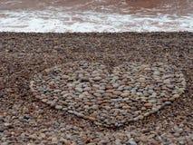Grande forma do coração do amor feita com os seixos na praia fotos de stock royalty free