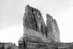 Grande formazione rocciosa torreggiante nell'Utah - in bianco e nero Fotografia Stock