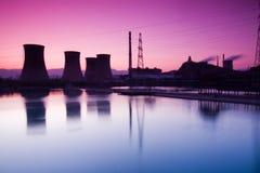 Grande fornace di un'officina siderurgica nel tramonto Immagini Stock