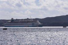 Grande forro branco do cruzeiro do passageiro no porto velho da cidade grega de Fira Forro no fotos de stock royalty free
