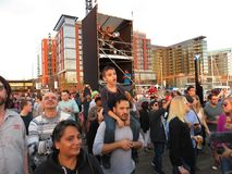 Grande foule au concert gratuit de musique au quai Photographie stock libre de droits