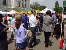 Grande foule au marché d'agriculteurs Images stock