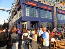 Grande foule au restaurant au quai Photographie stock