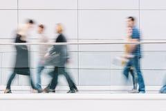 Grande foule des personnes marchant dans un couloir futuriste propre Photos libres de droits