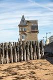 """Grande frangiflutti, 3000 tronchi per difendere la città dalle maree, flocculo de l """"spiaggia del eventail in Saint Malo, immagine stock libera da diritti"""
