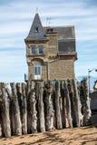 Grande frangiflutti, 3000 tronchi per difendere la città dalle maree, spiaggia di de l Eventail del flocculo in Saint Malo, fotografia stock
