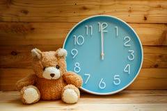 Grande fronte di orologio su fondo di legno Fotografie Stock