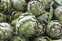 Grande frutta del carciofo Carciofo fresco al mercato del villaggio Fotografie Stock