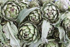 Grande frutta del carciofo Carciofo fresco al mercato del villaggio Fotografia Stock