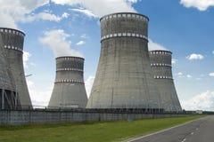 Grande fumée d'usine de tuyau dans le ciel photos libres de droits