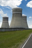 Grande fumée d'usine de tuyau dans le ciel photographie stock