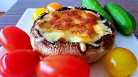 Grande fungo farcito con formaggio immagine stock