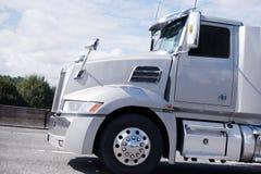 Grande funzionamento moderno del camion dei semi della carrozza di giorno dell'impianto di perforazione sul locale diritto Immagini Stock Libere da Diritti
