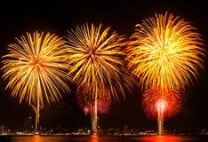 Grande fuoco d'artificio sopra la città. Fotografie Stock Libere da Diritti