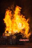 Grande fuoco di accampamento di legno con le alte fiamme alla notte Fotografie Stock