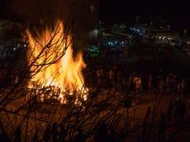Grande fuoco di accampamento di legno con le alte fiamme alla notte Fotografia Stock Libera da Diritti