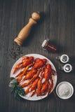 Grande gambero fresco rosso bollito in piatto bianco con le erbe verdi fotografia stock libera da diritti