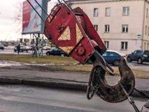 Grande gancio nero e rosso del ferro del metallo per la gru di costruzione fotografia stock libera da diritti