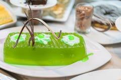 Grande gelée verte décorée dans un restaurant d'un plat blanc photos stock