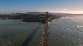 Grande golden gate bridge de aço vermelho pitoresco do monte selvagem da montanha da natureza de San Francisco na skyline aérea d vídeos de arquivo