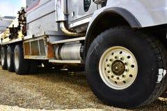 Grande gomma del camion industriale immagini stock libere da diritti