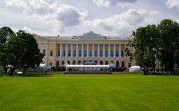 Grande gramado do jardim de Mikhailovsky e do palácio de Mikhailovsky Fotos de Stock Royalty Free