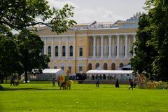 Grande gramado do jardim de Mikhailovsky e do palácio de Mikhailovsky Fotografia de Stock Royalty Free
