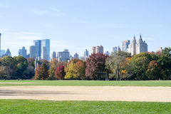 Grande gramado situado no coração do Central Park durante a queda Imagens de Stock