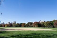 Grande gramado situado no coração do Central Park durante a queda Fotos de Stock Royalty Free