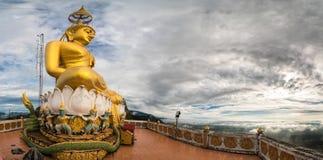 Grande grande Buddha sopra la collina al tempio della caverna della tigre Immagini Stock Libere da Diritti