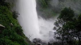 Grande grande cascata della cascata archivi video